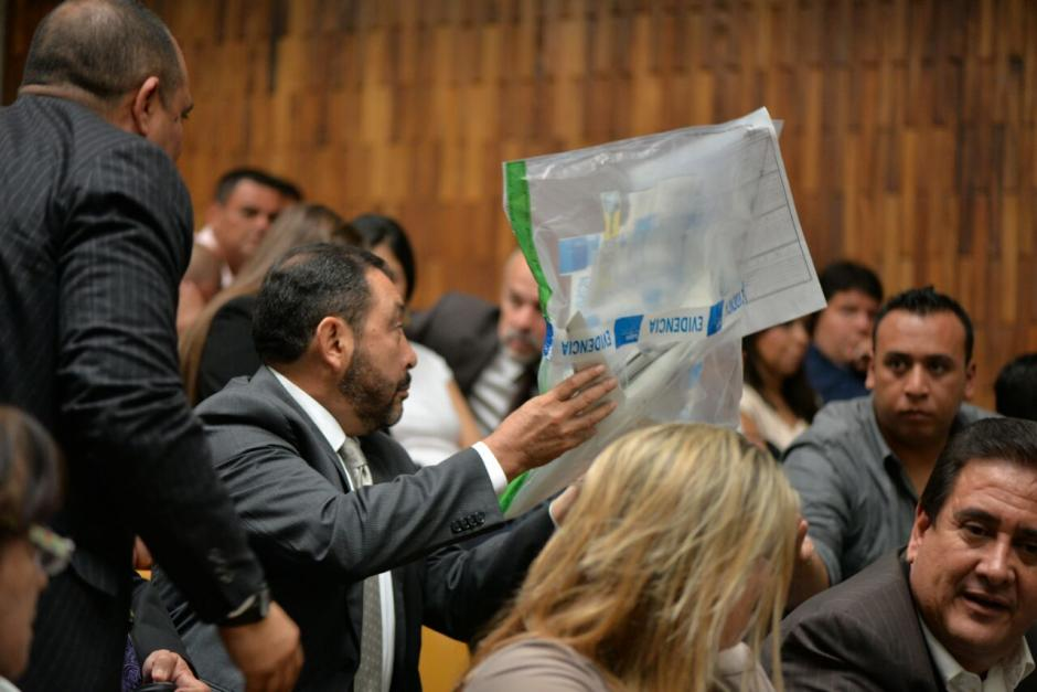 El exministro de gobernación, Mauricio López Bonilla, también observó el pequeño avión. (Foto: Wilder López/Soy502)