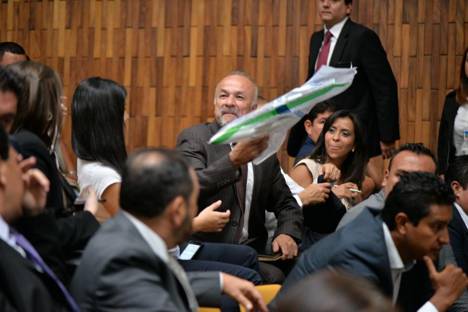 El contador de Otto Pérez Molina, Mario Contreras, sonríe al momento de ver la réplica. (Foto: Wilder López/Soy502)