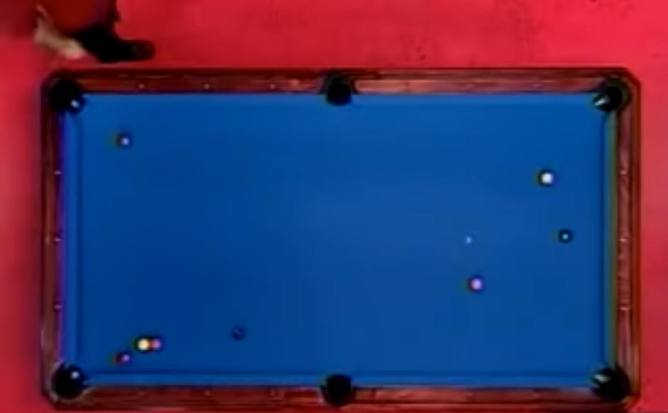 Las bolas se encuentran en la mesa, listas para el siguiente tiro. (Captura de pantalla: LooksDifferent/YouTube)