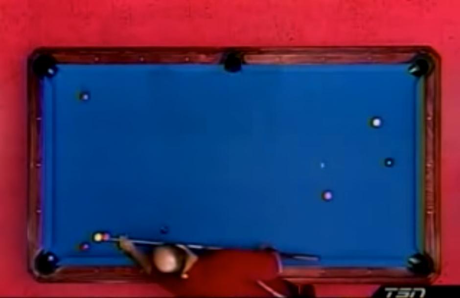 Uno de los jugadores analiza su tiro. (Captura de pantalla: LooksDifferent/YouTube)