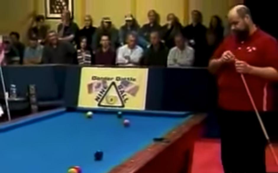 El jugador se prepara para su mejor tiro. (Captura de pantalla: LooksDifferent/YouTube)