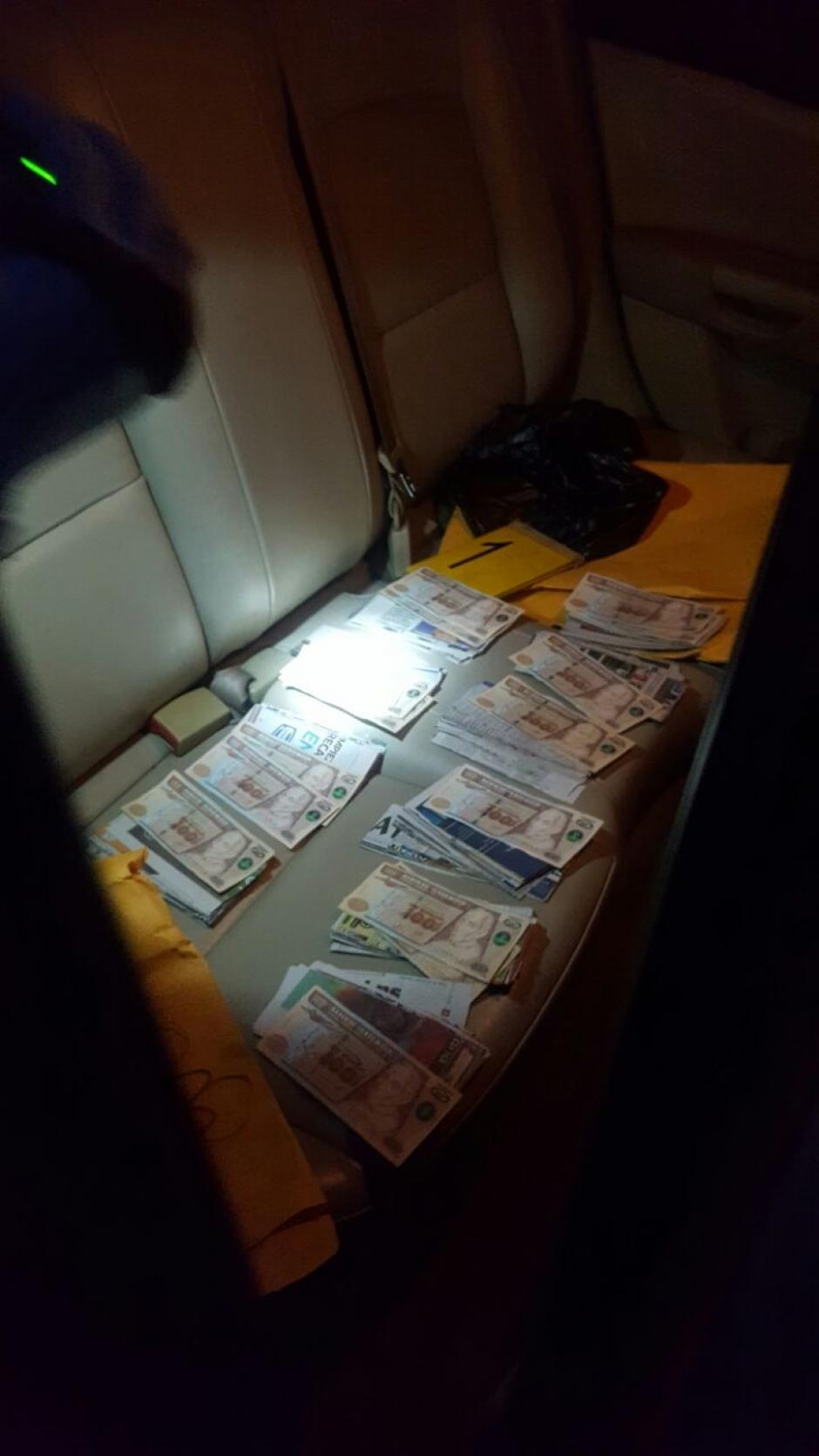 Al detenido se le decomisó un paquete con dinero que simulaba tener 50 mil quetzales. (Foto: @PNCdeGuatemala)