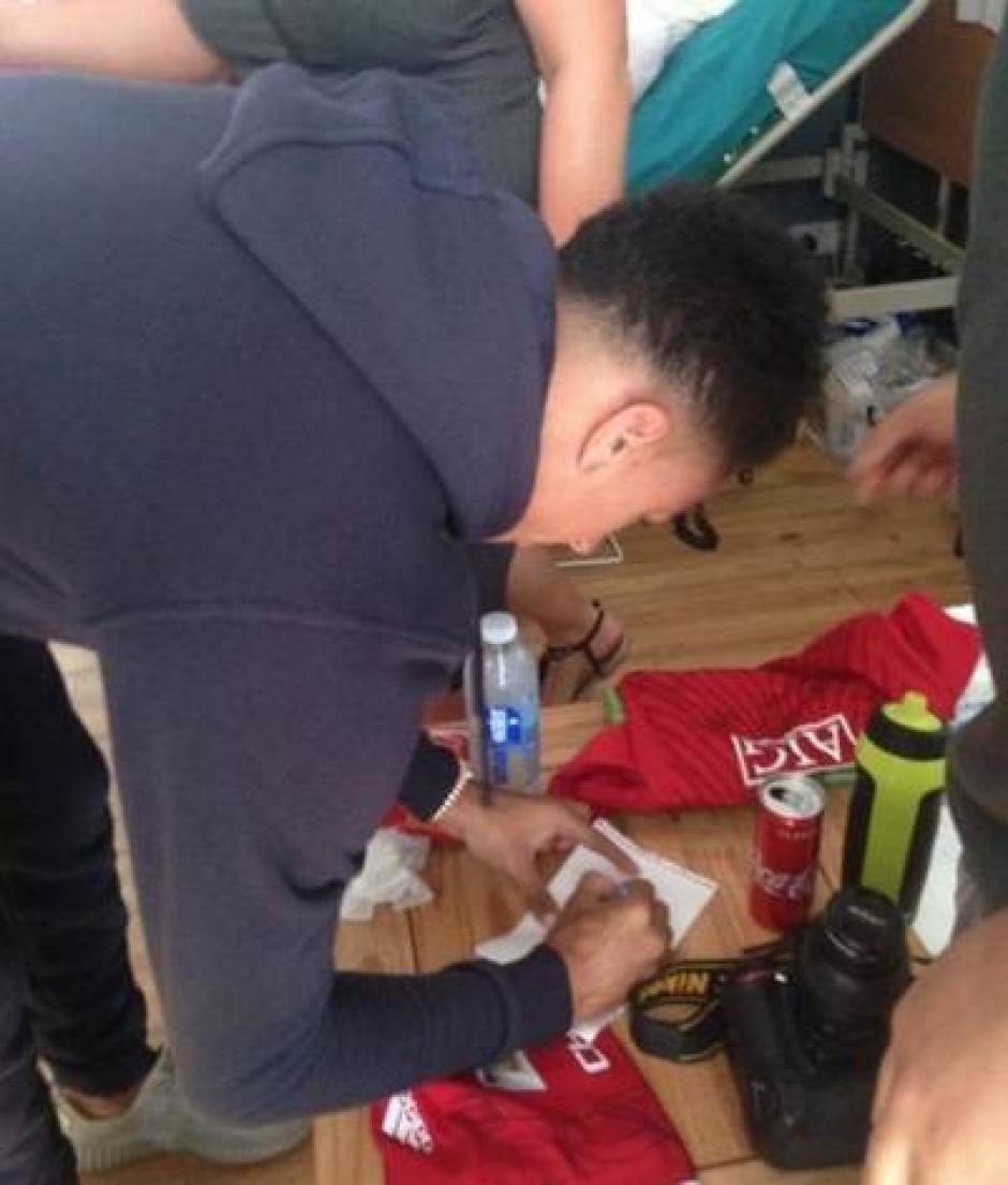 Al enterarse de la noticia, cuatro jugadores se reunieron para visitar al seguidor de los Diablos Rojos. (Foto: RT)
