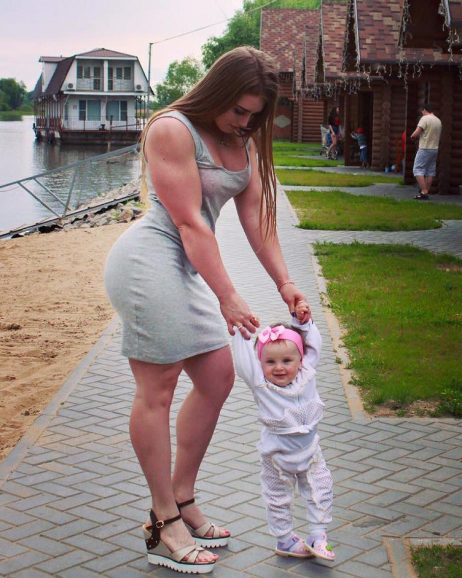 Julia junto a su hermana menor. (Foto: Facebook/Julia Vins)