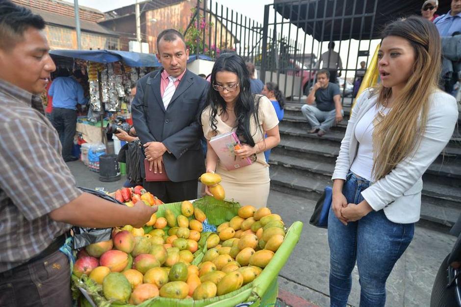 Al finalizar la diligencia, compró Q100 en mangos. (Foto: Wilder López/Soy502)