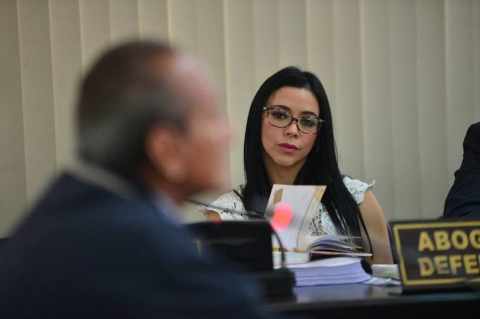 Maldonado escucha atenta los señalamientos de la fiscalía en Tribunales. (Foto: Wilder López/Soy502)