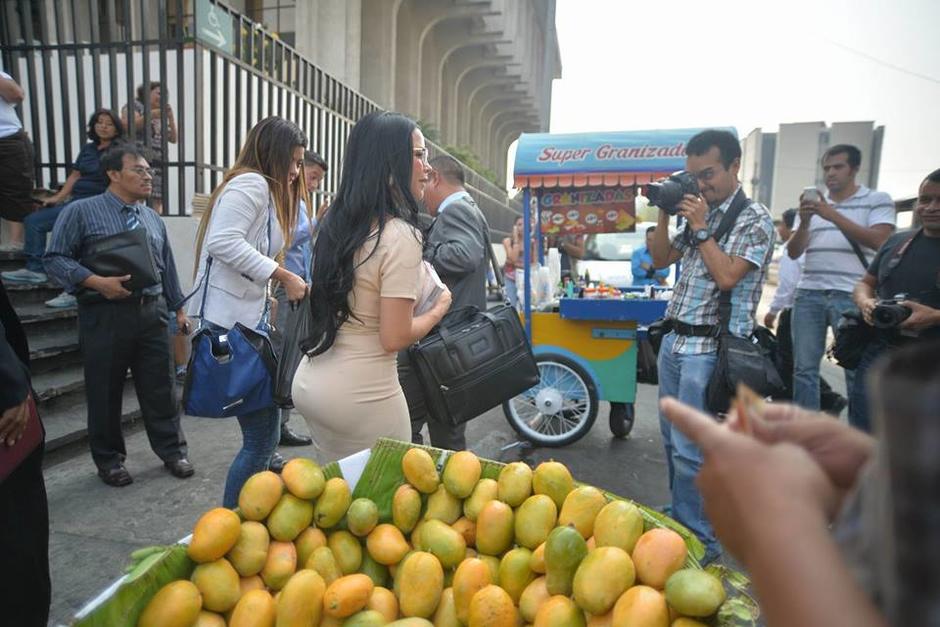 La exfuncionaria llamó la atención en las afueras de la Torre de Tribunales. (Foto: Wilder López/Soy502)