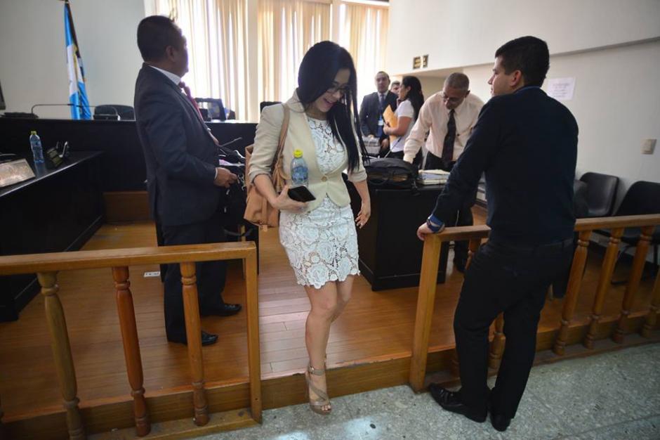 Durante el receso de la audiencia la exdiputada se le vio con un vestido blanco de encaje. (Foto: Wilder López/Soy502)