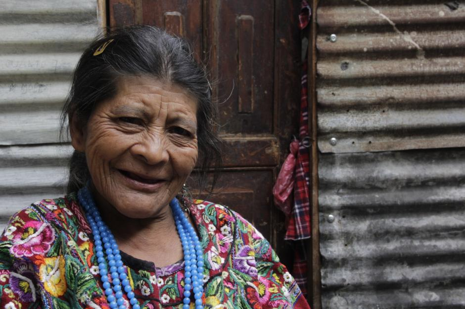 Doña Julita hace grandes esfuerzos para juntar el dinero de la renta que paga por la covacha donde vive y para alimentar a su bebé. (Foto: Fredy Hernández/Soy502)