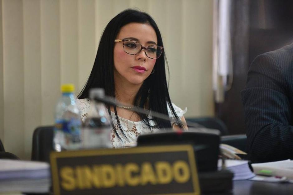 Las gafas y los vistosos accesorios llaman la atención de Maldonado en Tribunales. (Foto: Wilder López/Soy502)