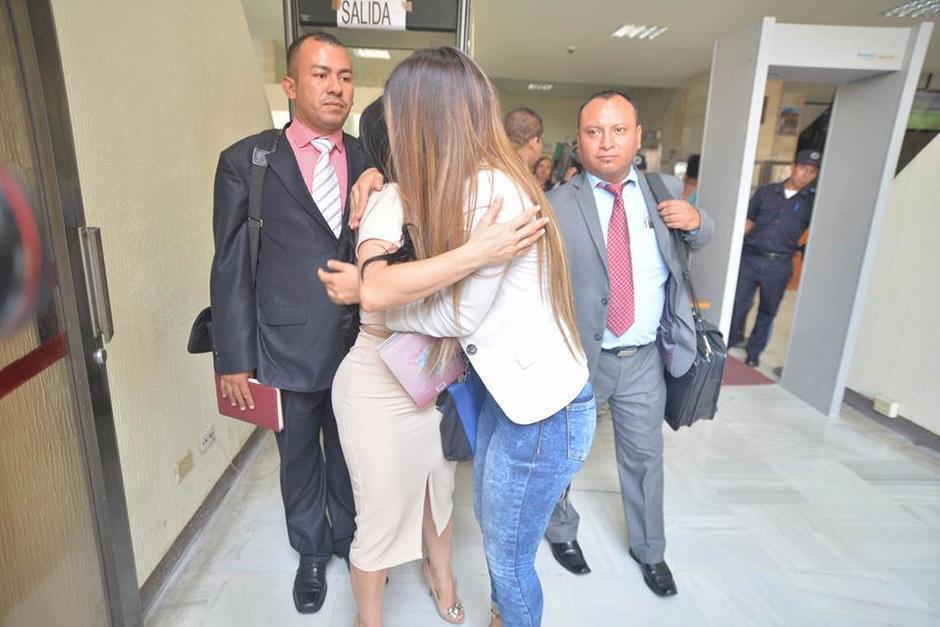 Una de sus asistentes saluda a Maldonado al finalizar el juicio. (Foto: Wilder López/Soy502)