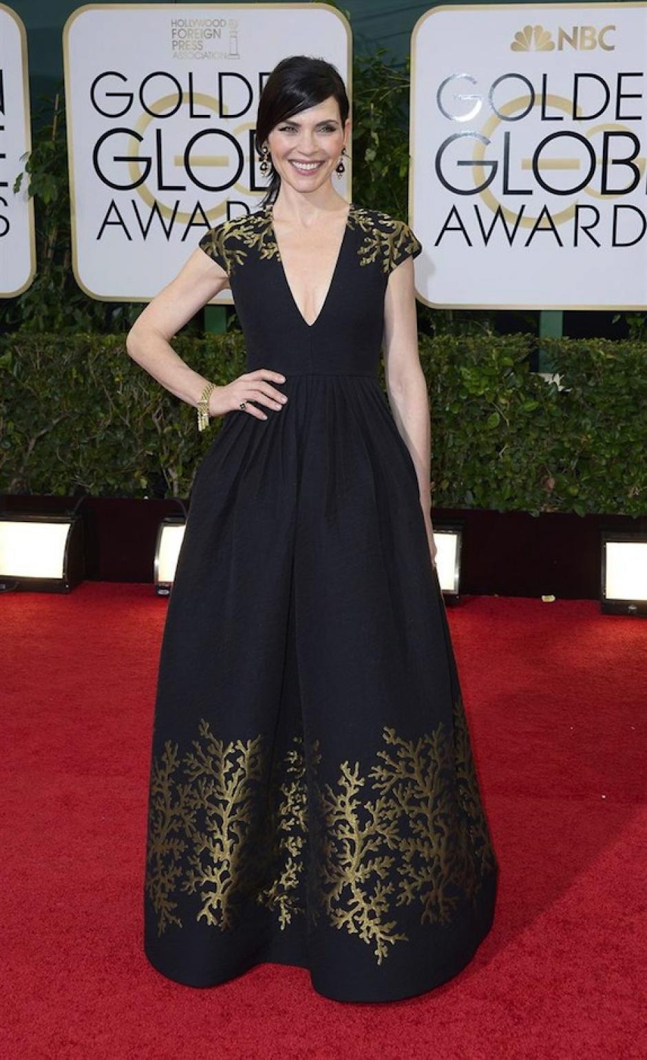 """La protagonista de la serie """"The Good Wife"""" Julianna Marguilies desfiló con un vestido de Andrew Gn, en el que lució su escote. (Foto: EFE)"""