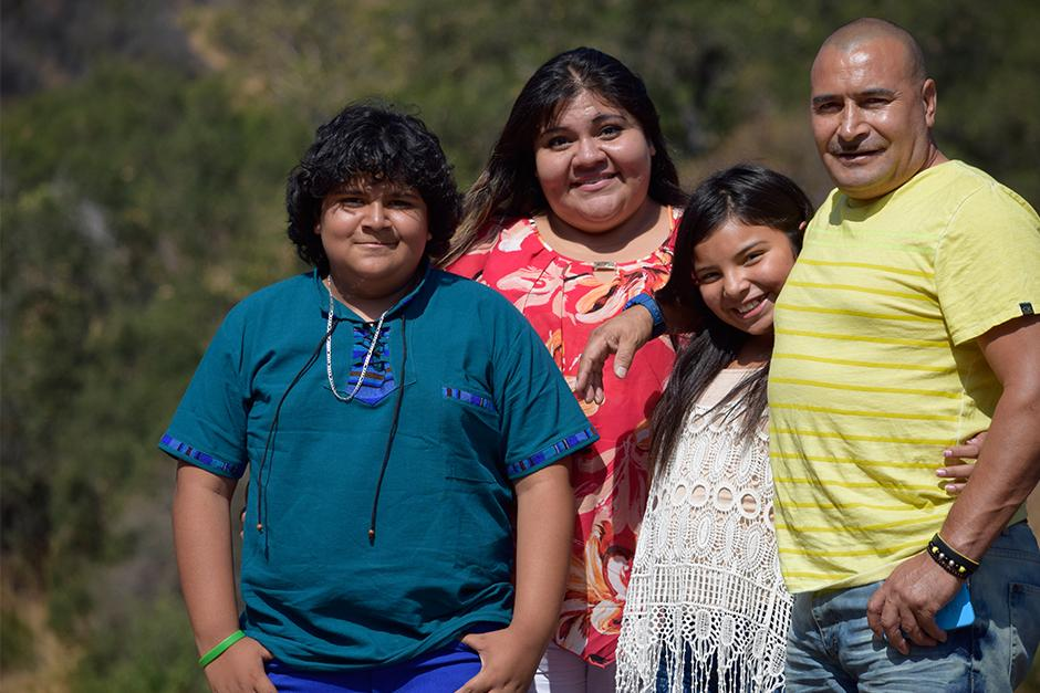 Juliocésar de 13 años junto a su familia. (Foto: vozinmigrante)