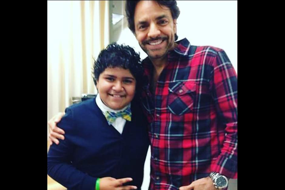 Juliocésar con el actor, director, productor y comediante mexicano Eugenio Derbez. (Foto: vozinmigrante)