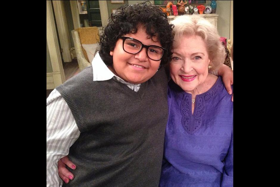 """Juliocésar con la legendaria actriz Betty White, en el set de """"Hot in Cleveland"""". (Foto: vozinmigrante)"""