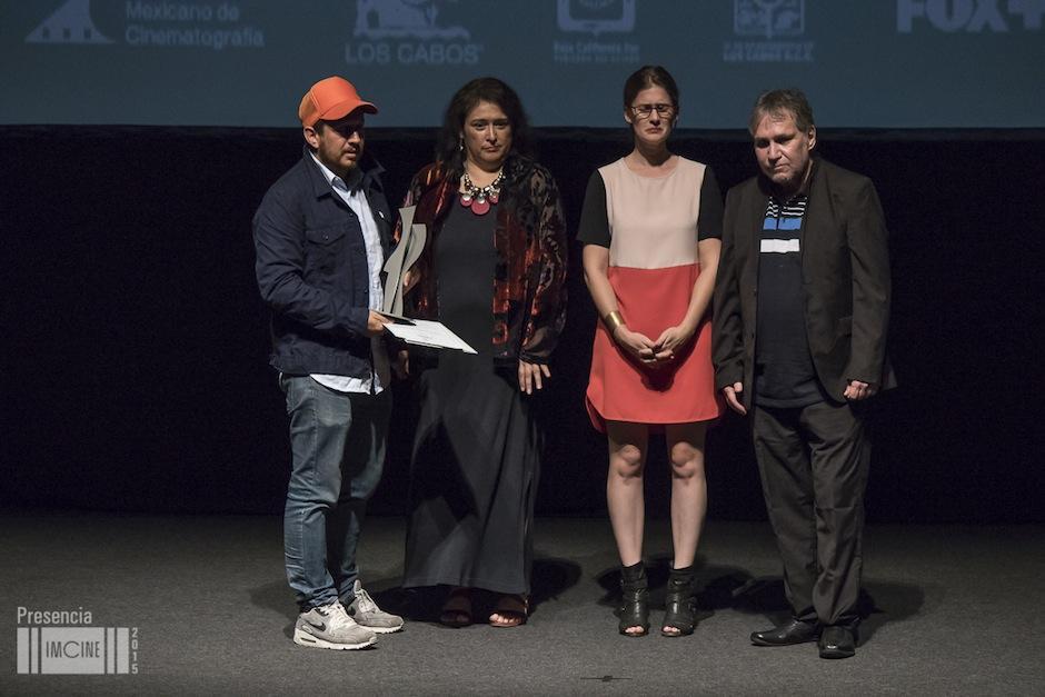 El director guatemalteco Julio Hernández, recibiendo el galardón en el escenario del Festival de Cine de Los Cabos. (Foto: Imcine)
