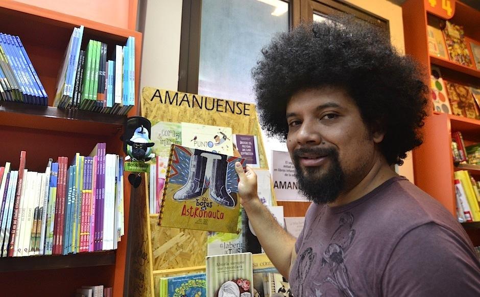 """El escritor y poeta Julio Serrano presenta su libro """"En botas de astronauta"""". (Foto: Selene Mejía/Soy502)"""