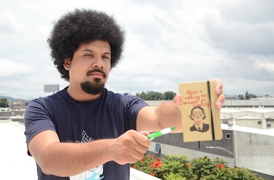 El escritor Julio Serrano plasma su sentir con el corazón y su mano izquierda. (Foto: Selene Mejía/Soy502)