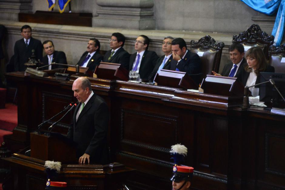 Jimmy Morales participa en la ceremonia en la mesa de la Junta Directiva del Congreso. (Foto: Jesús Alfonso/Soy502)