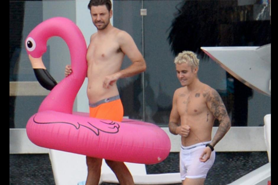 Bieber pasó la tarde junto a sus amigos y el productor Ryan Good. (Foto: TMZ)
