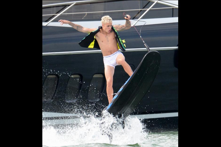 Justin disfruta de una sesión de wakeboarding sin importar que se le transparentara todo. (Foto: TMZ)