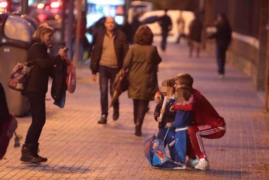 Bieber ha pasado un largo momento en esta ciudad posando para los fans. (Foto: Mirror)