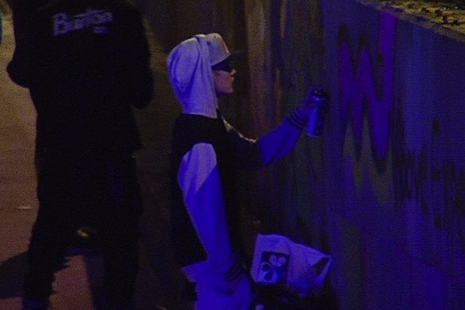 Justin Bieber causó controversia por varios motivos: por pintar un graffiti en Colombia, por orinar en la Gran Muralla China y luego ser cargado por sus guardaespaldas, supuestamente por cansancio. (Foto: El Tiempo)