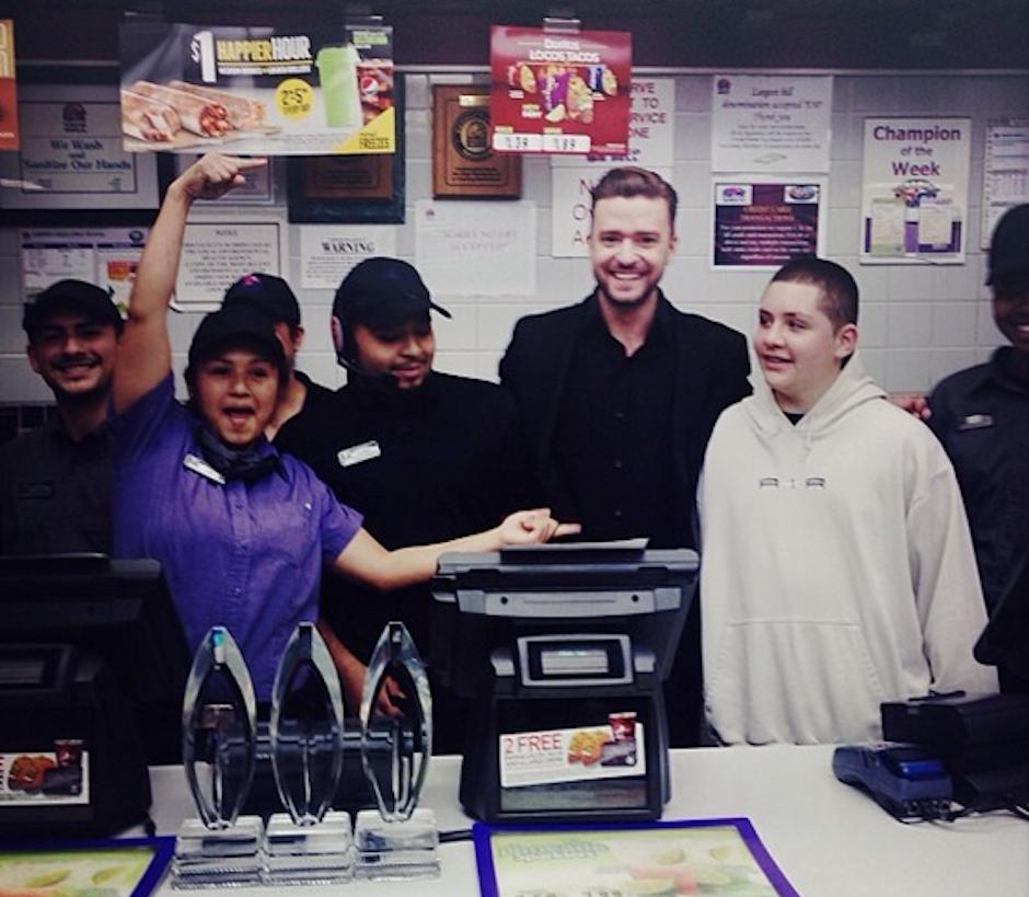 ¡El hambre también ataca a los famosos! Esta es la última foto que Justin Timberlake subió en su cuenta de Instagram donde comparte su triunfo junto alos empleados de un restaurante de comida rápida. (Foto: Instagram/JustinTimberlake)