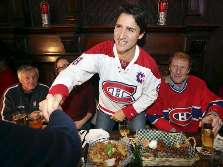 El parlamentario y líder del Partido Liberal de Canadá, Justin Trudeau saluda a una personsa que se acerca al lugar donde se encontraba. (Foto: EFE/Archivo)