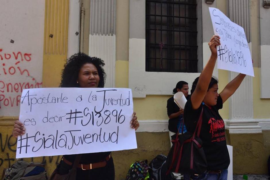 Algunos gritaron consignas para apoyar la Ley de Juventud. (Foto: Jesús Alfonso/Soy502)