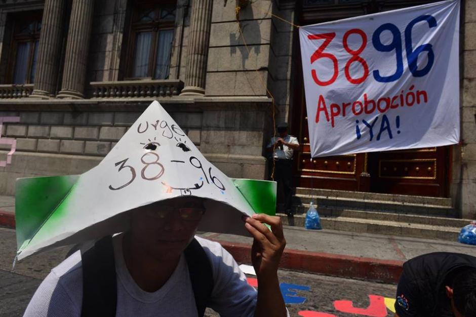 Al fondo los policías protegen el ingreso al Congreso. (Foto: Jesús Alfonso/Soy502)
