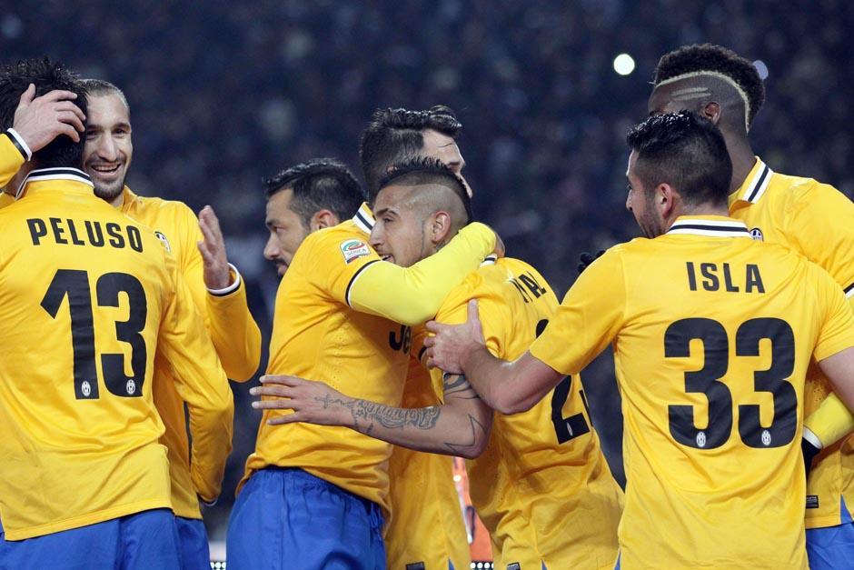 Arturo Vidal celebra con sus compañeros de equipo de la Juventus tras anotar el primer gol ante el Bolonia.