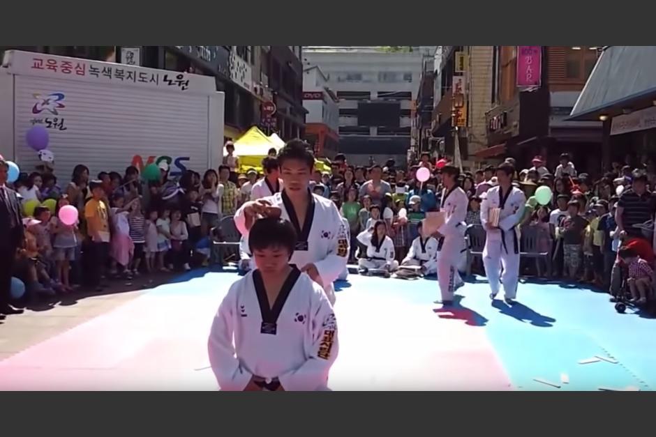 Un joven trata de dar una patada de karate y termina mal. (Captura de pantalla: Alex Trambolino/YouTube)