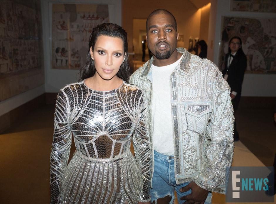 Kim Kardashian y Kanye West fueron algunas de las estrellas que brillaron en la alfombra roja. (Foto: eonline.com)