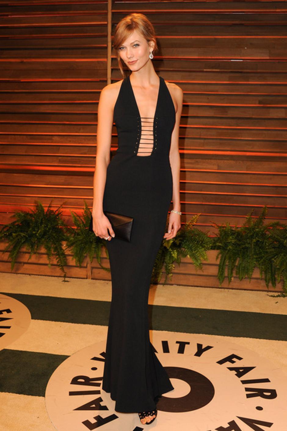 La modelo Karlie Kloss eligió el negro con un sorprendente escote. (Foto: SModa)
