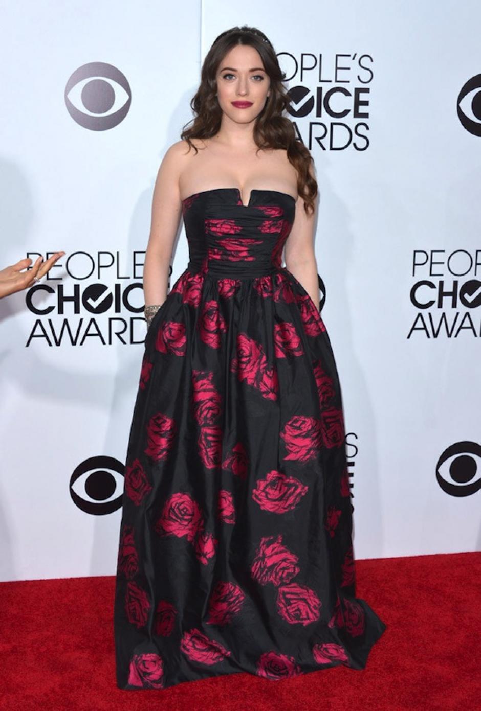 El vestido floreado de Kat Dennings que utilizó para la alfombra dio mucho de qué hablar. Su autor es David Meister. (Foto: Trendencias)