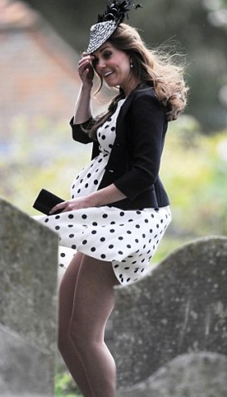 Con este vestido que usó en la boda de los Van Cutsem, amigos del príncipe Guillermo robó miradas, aún embarazada. (Foto: Laboratorio de Estilo ABC)
