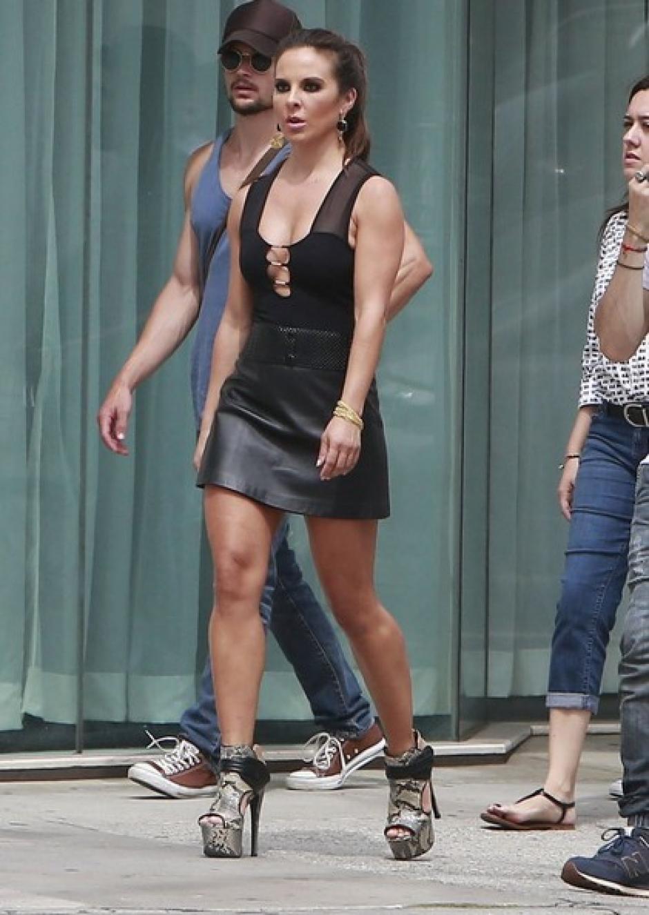 Kate del Castillo aprovecha para lucir su hermoso par de piernas.