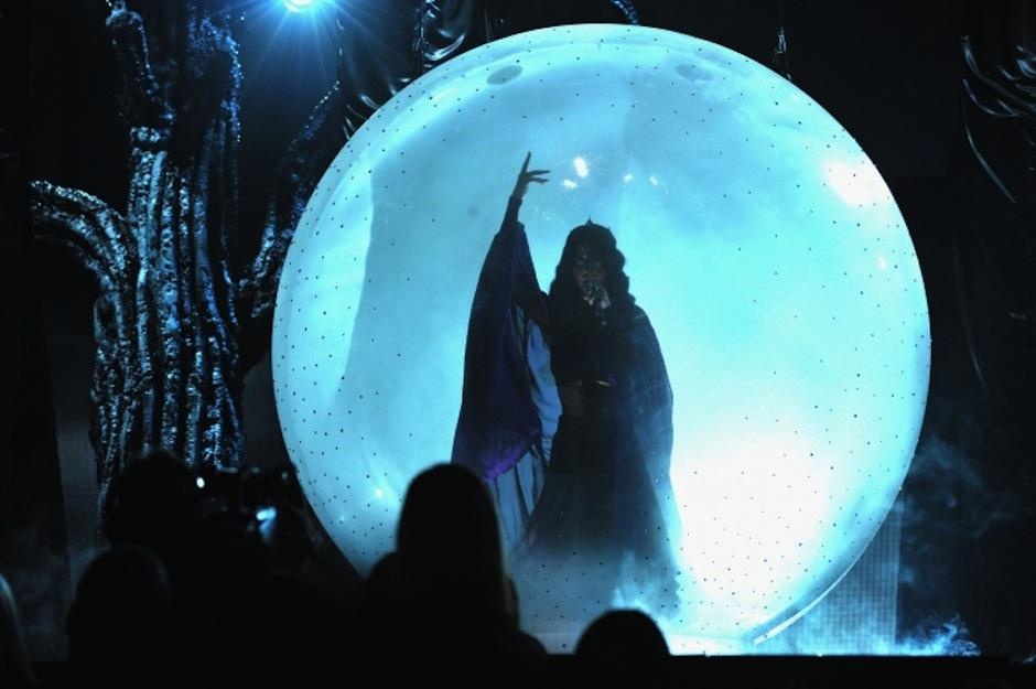 """Katy Perry sorprendió con su curioso """"performance"""" que evocaba a hechizos y brujas. (Foto: Grammy)"""