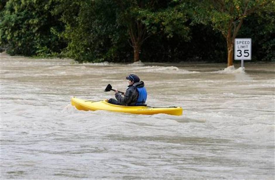 Un hombre recorre en un kayak una calle inundada en Columbia, South Carolina, el domingo 4 de octubre de 2015. (Foto:elnuevoherald.com)