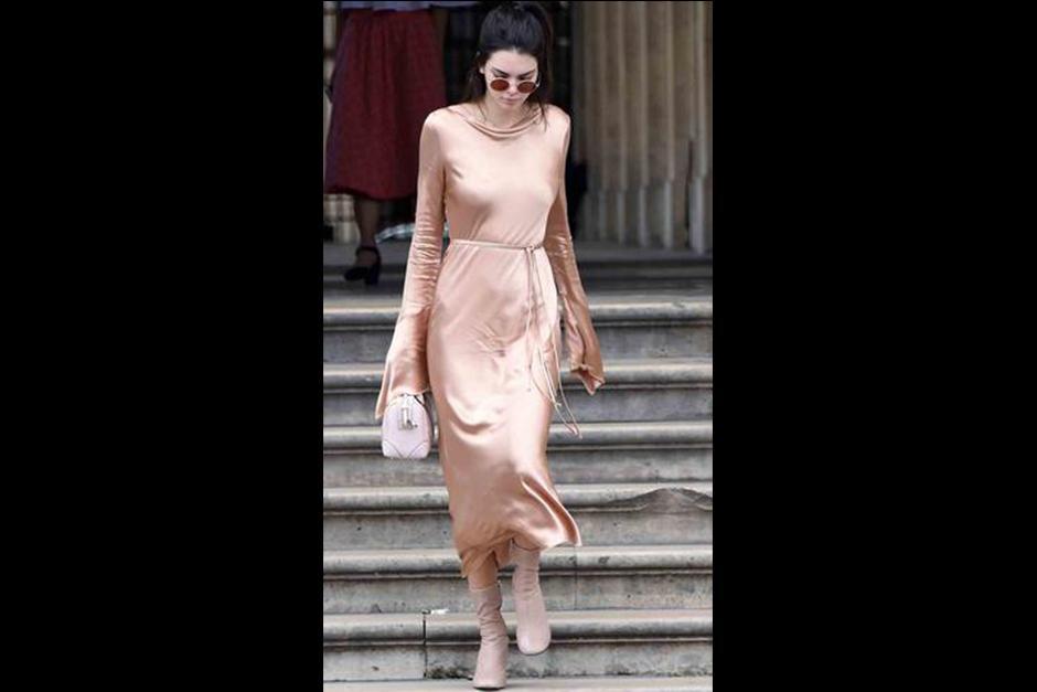 Kendall acompañó su look con unas botas y una cartera. (Foto: Telemundo)