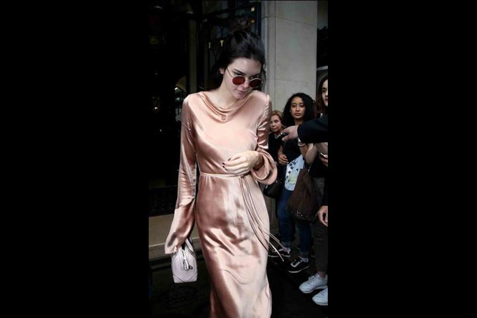 La modelo de 20 años lució un traje de satín color rosa.  (Foto: Telemundo)