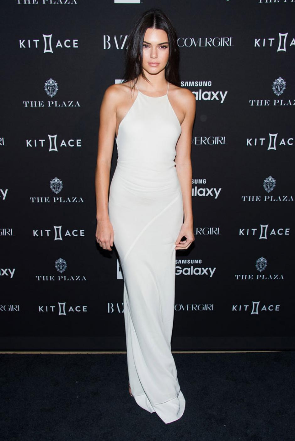 Kendal Jenner luce esbelta en este vestido blanco. (Foto: GTRES)