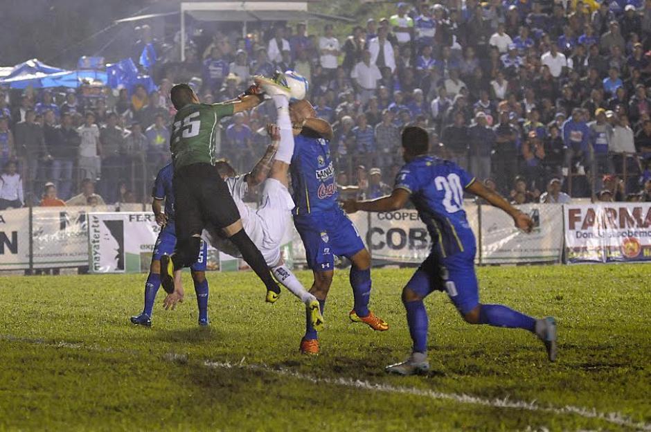 Intento de chilena de Emiliano López, en una de las acciones de juego en el estadio José Ángel Rossi. (Foto: Nuestro Diario)