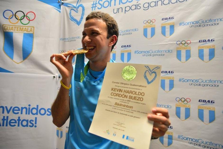 Kevin Cordón Buezo mostró el título que le certifica la madalla de Oro obtenida en Toronto. (Foto: Wilder López/Soy502)