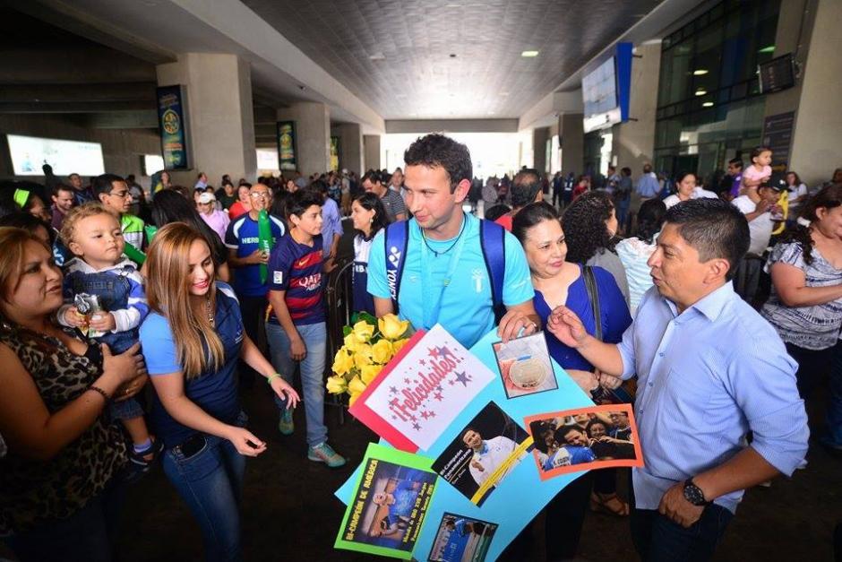 Decenas de personas se encontraban a las afueras del Aeropuerto para recibir a Cordón. (Foto: Wilder López/Soy502)
