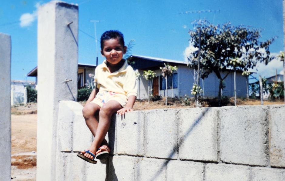 En 1986, Keylor posando frente a su casa en Pérez Zeledón. (Foto: La Nación)