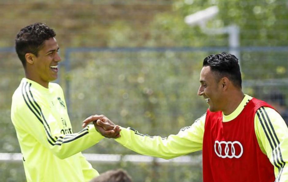 Keylor junto a Varane durante un entrenamiento de la temporada pasada. (Foto: marca.com)