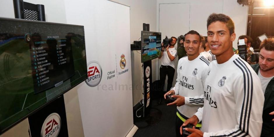 Varane y Danilo se divierten durante el lanzamiento de un videojuego. (Foto: melty.es)