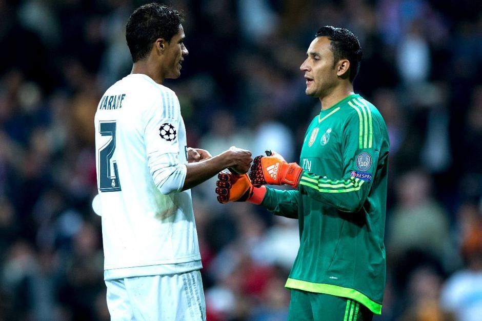 Keylor y Varane durante uno de los encuentros del Real Madrid. (Foto: okdiario.com)